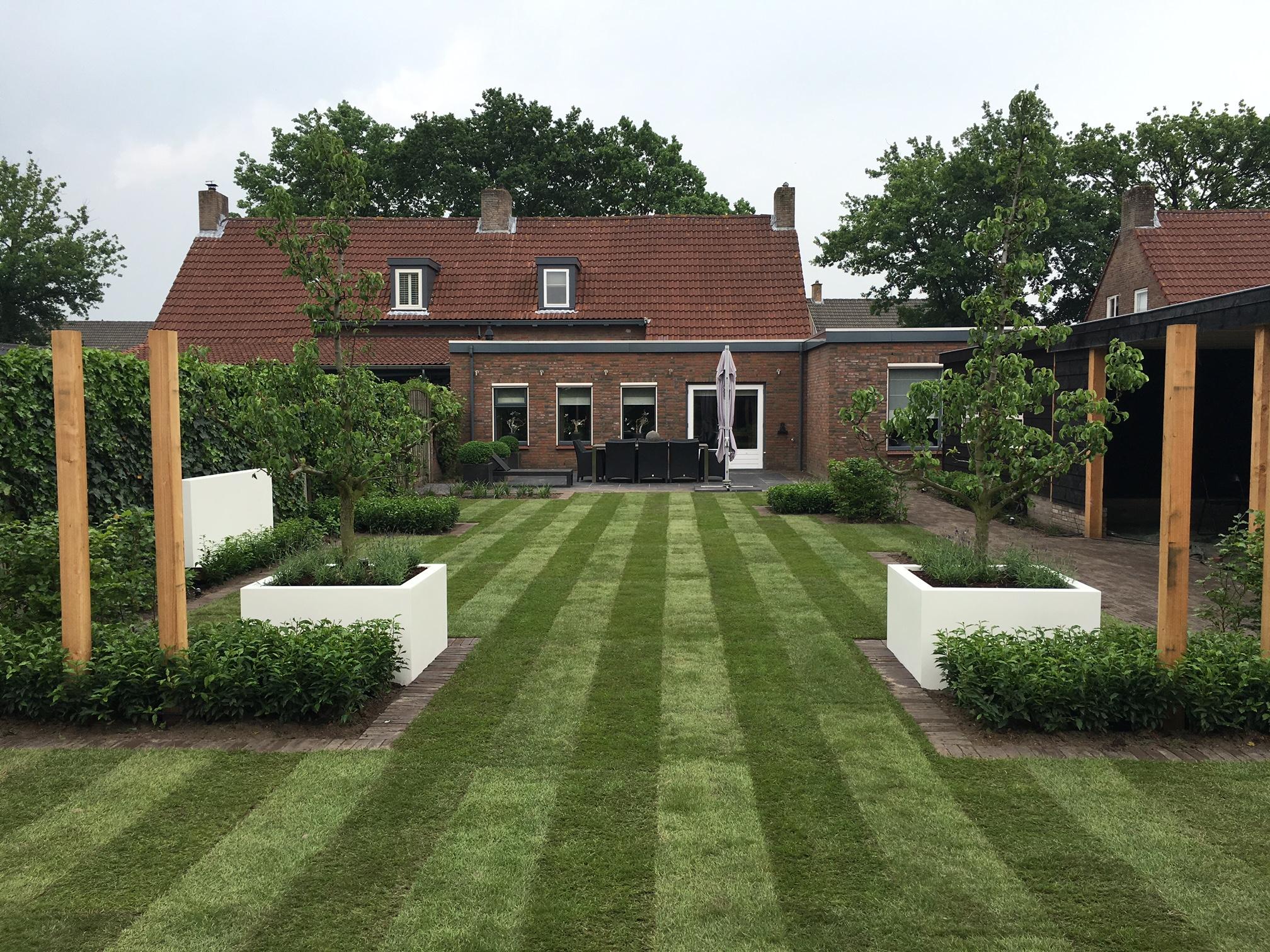Modern strak landelijke tuin anno 2016 for Voortuin strak modern